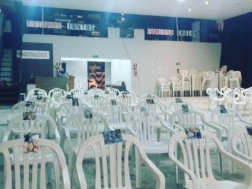 Igreja evangélica põe fotos de fiéis durante culto