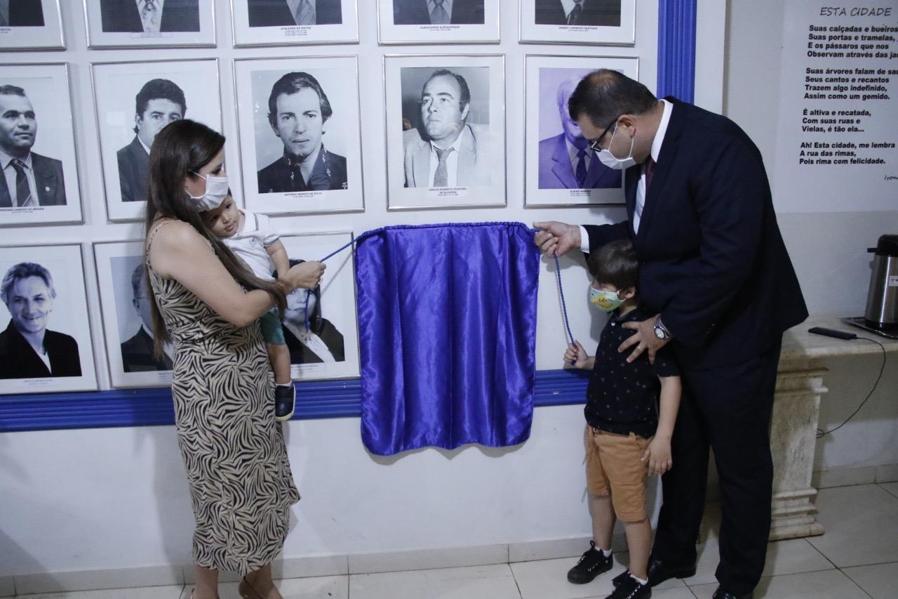 Placa de Alan Guedes é inaugurada na Galeria de Ex-presidentes da Câmara de Dourados