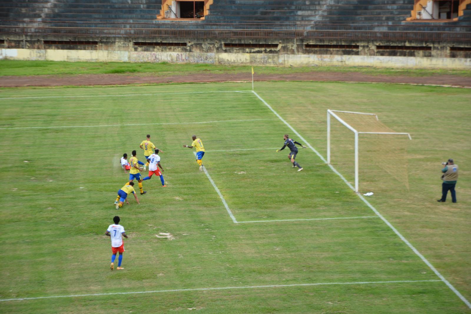 Após quase dois anos fechado, reabertura do campo tem vitória Dourados A.C por 2x0