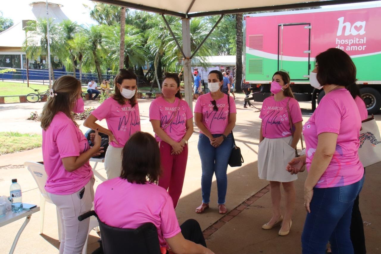 Kely Guedes acompanha atendimento de unidade móvel do Hospital de Amor na praça