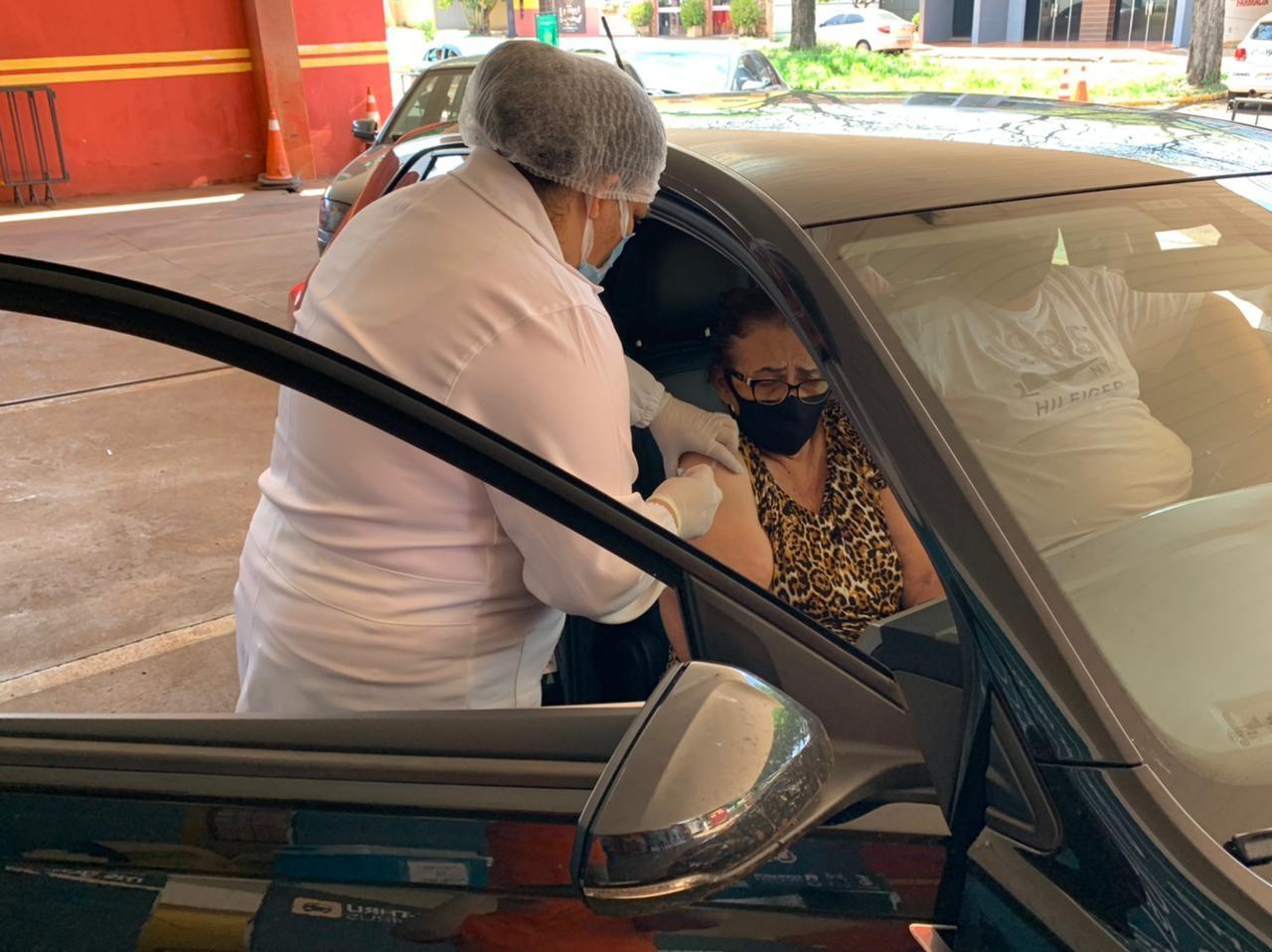 Drive thru: em dois domingos, 290 idosos com 77 anos ou mais foram vacinados