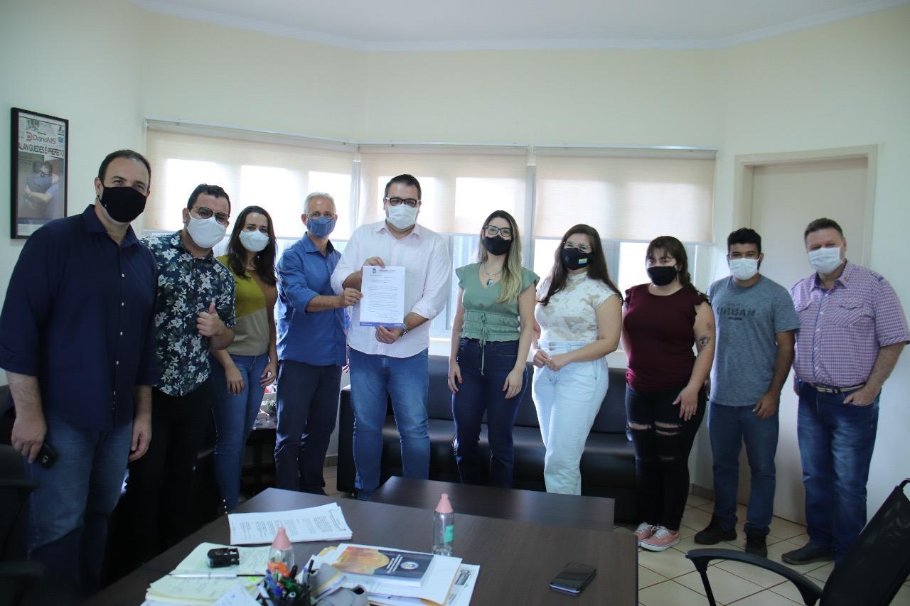 Prefeito Alan Guedes recebe solicitação para adesão de jornalistas como prioridade na vacinação contra Covid
